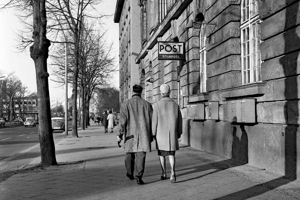 Berlin Tempelhofer Damm: Postamt Berlin 42. Im Vordergrund ein Paar Hand in Hand.