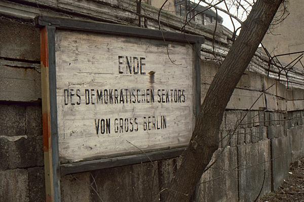 Grenzschild in Wedding mit der Aufschrift 'ENDE DES DEMOKRATISCHEN SEKTORS VON GROSS BERLIN'.