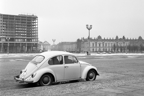 Bau des DDR-Außenministeriums am Marx-Engels-Platz in Berlin und im Vordergrund ein Käfer.