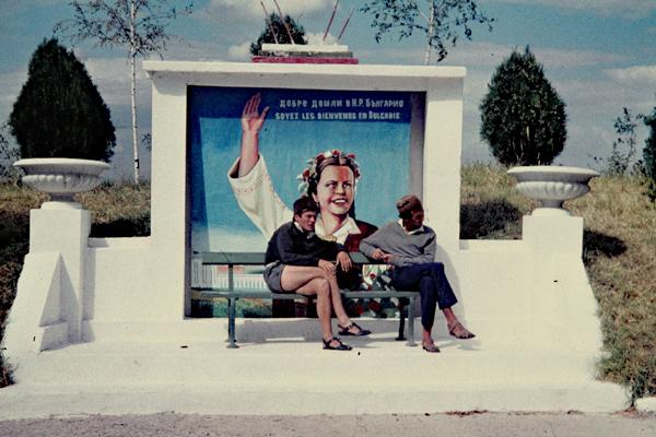 Zwei Männer sitzen auf einer Bank an der bulgarisch-türkischen Grenze.