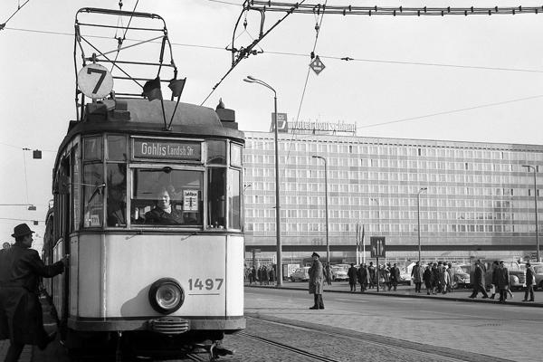 """Straßenbahn (""""Gohlis Landsb.Str."""") und Hotel """"Deutschland"""" am Augustusplatz in Leipzig."""