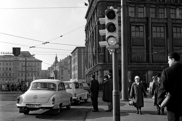 Wartburg 1000 Taxi und Passanten in der Innenstadt in Leipzig.