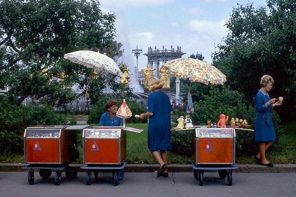 Frauen verkaufen Matroschkas in Moskau.