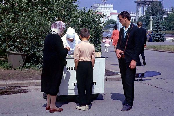 Mutter und zwei Jungen vor einem Eisverkauf in Moskau.