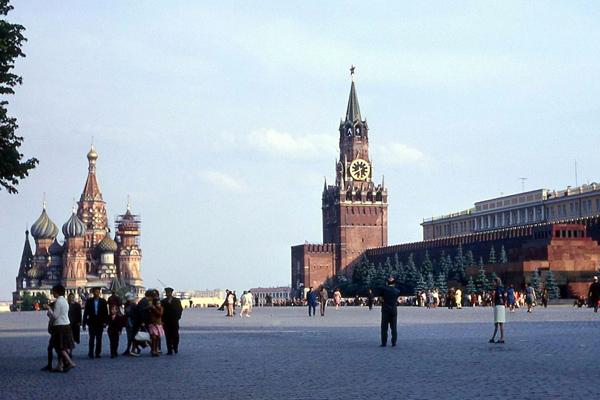 Menschen auf dem Roten Platz in Moskau. Links im Bild die Basilius-Kathedrale.