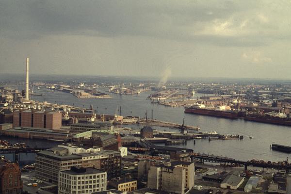 Blick von der Sankt Michaelis Kirche (auch Michel genannt) af die Kehrwiederspitze und den Freihafen von Hamburg.