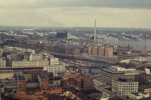 Blick von der Sankt Michaelis Kirche (auch Michel genannt) über die Speicherstadt im Hafen von Hamburg.