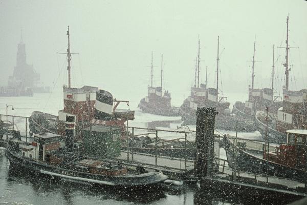 Hafenschlepper im Hafen von Hamburg bei starkem Schneefall.