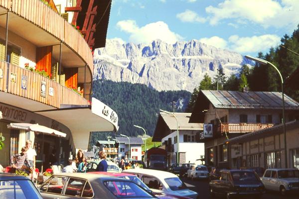 Autos stehen geparkt vor der Talstation der Gondelbahn Pordoi in Canazei.