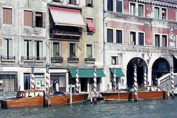 Gebäude, Kanal und Motorboote in Venedig.