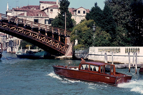 Kanal, Motorboot (Mirco) und Brücke in Venedig.