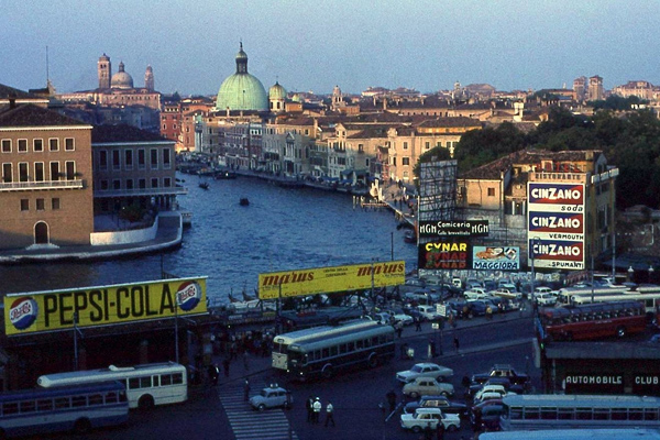 Kanal, Autos, Busse, Werbung (Pepsi Cola, Cinzano) und Gebäude in Venedig,