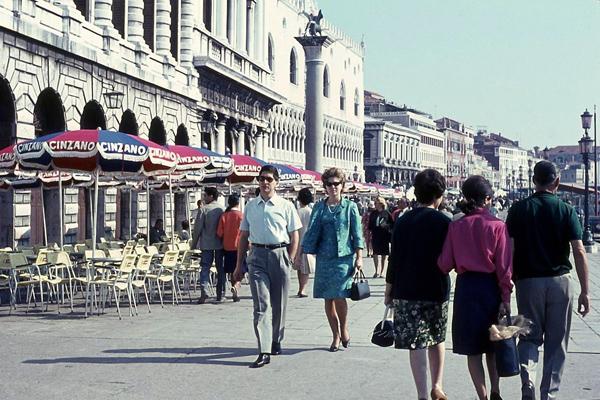 Menschen auf einem Platz in Venedig.