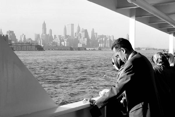 Morgendliche Ankunft in New York: Bild zeigt Passagiere und die Skyline.