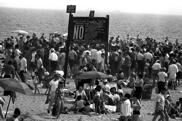 Ein mit Badegästen überfüllter Strand auf Coney Island in New York.