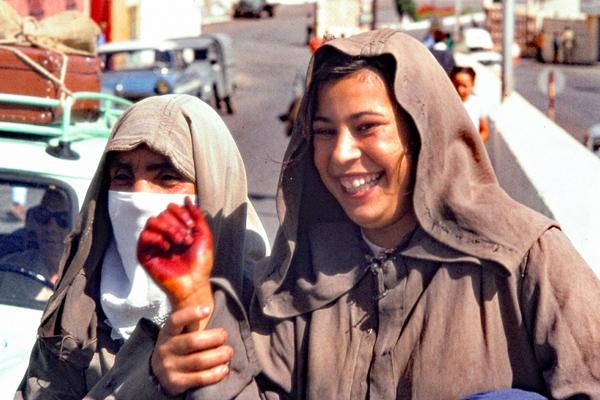 Eine junge und eine alet Marokkanerin mit Henna-Schminke auf einer Straße in Tanger.