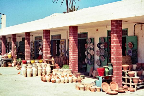 Töpferwarengeschäfte in einer Arkade in Safi.