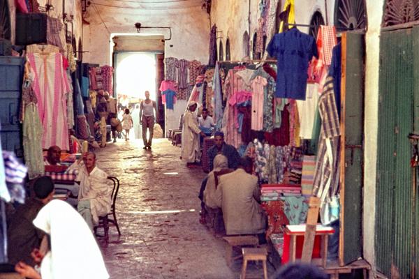 Gedeckte Basarstraße mit Textilhändlern in Safi.