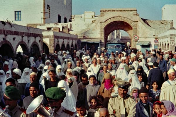 """Menschen in Essaouira feiern, weil der """"Kapitän der Armee"""" einen Sohn bekommen hat."""
