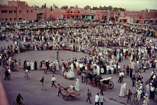 Menschen bilden Kreise auf dem zentralen Marktplatz Djemaa el Fna in Marrakesch.