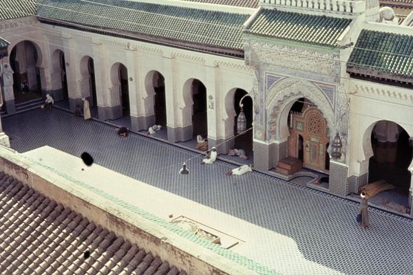 Betende Muslime im Innenhof der Karauin-Moschee in Fes.