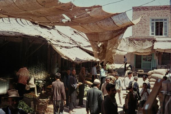 Männer und Jungen auf einem von der Sonne geschützten Basar in Mianeh (Meyaneh).