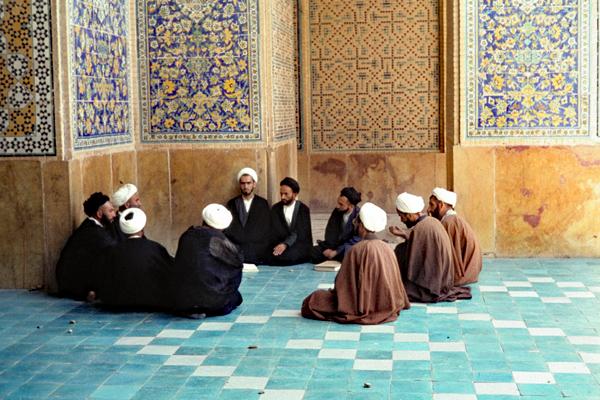 Eine Koranschule in einer Nische der Medresse-i-Madar-Shah in Isfahan.