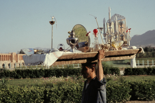 Brautaussteuer-Träger an der Kadju-Brücke in Isfahan.