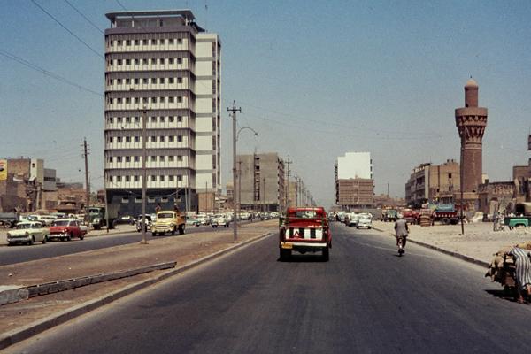 Autos auf der stark befahrenen Houria-Straße an der Moskowitsch-Moschee im Basarviertel Baghdads.