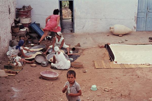 Frauen bei der Hausarbeit auf dem Hof in einem Harem.