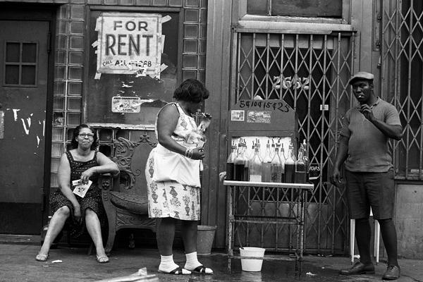 Ein Mann verkauft an einem heißen Sommertag Getränke an Passanten in Harlem.