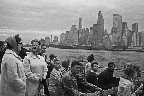 Touristen auf einer Fähre betrachten die Skyline von Manhattan, während sie diese umrunden.