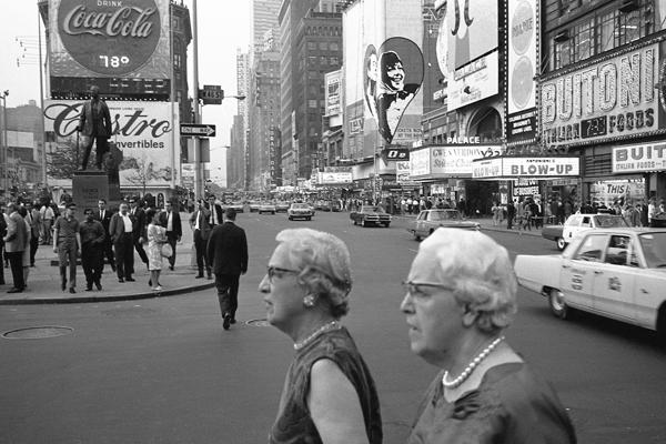 Zwei ältere Frauen mit Perlenketten am New Yorker Time Square.