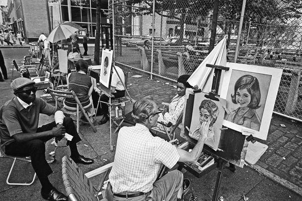 Ein Maler fertigt ein Portrait eines jungen Mädchens an einer Straßenecke im New Yorker Stadtteil Greenwich Village an.