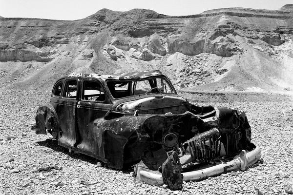 Eine Autowrack in der Judäische Wüste. Israel 1968