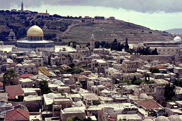Stadtansicht von Jerusalem. Unter den Häusern ist die Omarmoschee/Felsendom und die Al Aksa Moschee. Im Hintergrund der Berg Zion.