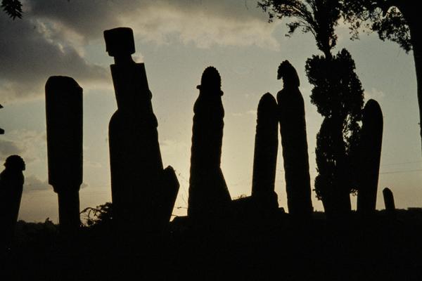 Grabsteine eines Friedhofs in Eyüp vor der untergehenden Sonne.