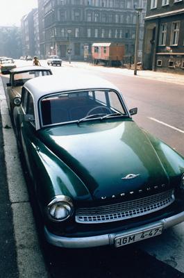 Ostberlin, Stadtteil Mitte: Blick aus der Choriner Straße Richtung Kreuzung Zionskirchstraße auf Eckkneipe Choriner Eck; Auto der Marke Wartburg im Vordergrund