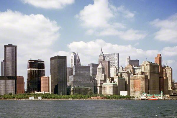 Blick von der Staten Island Ferry auf die Skyline von Downtown Manhattan in New York. Das World Trade Center wird gerade gebaut.