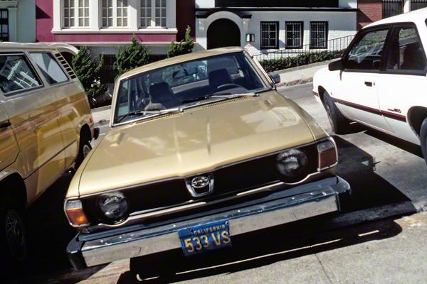 Parkende Autos auf den steilen Straßen in Nob Hill, San Francisco
