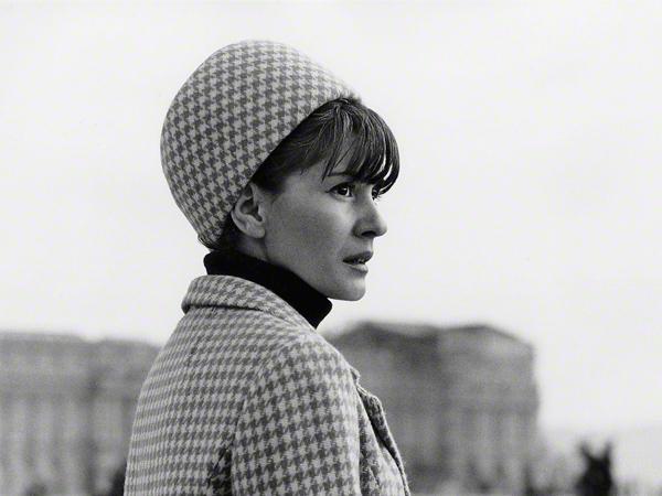 modisch gekleidete junge Frau vor dem Schloss zu Versailles