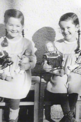 Die Zwillinge Gertraud und Waltraud mit ihren Puppen in Türkenfeld. Mehr Spielzeug hatten die Schwestern nicht.