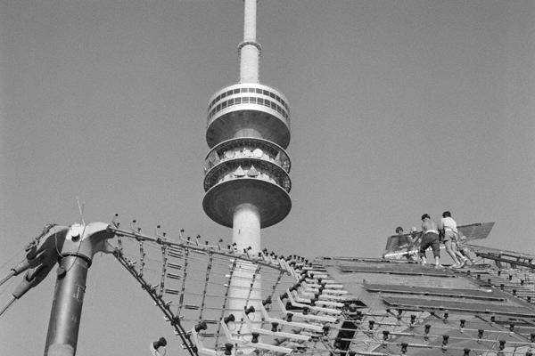Blick auf den Fernsehturm und das Zeltdach des Münchner Olympiastadions.