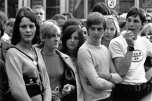 Eine Gruppe mit Mädchen und Jungen im Stadtteil Schwabing in München. Auf dem Wedekindplatz vor dem Drugstore fand am Eröffnungstag das Happening 'Resozialisierung eines Gammlers' statt.