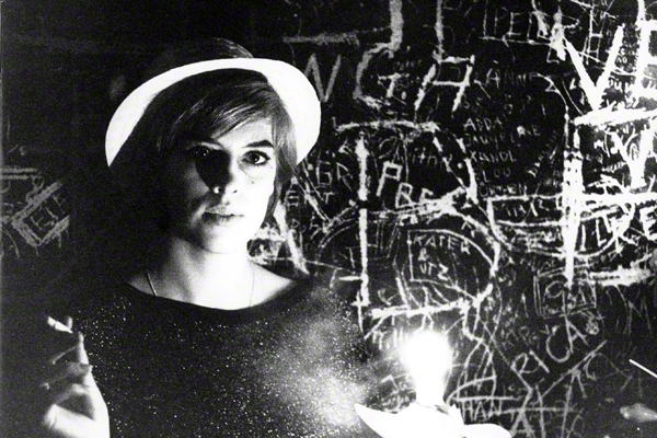 Ein junges Barmädchen mit Zigarette in der Kultkneipe Schwabinger 7 in München.