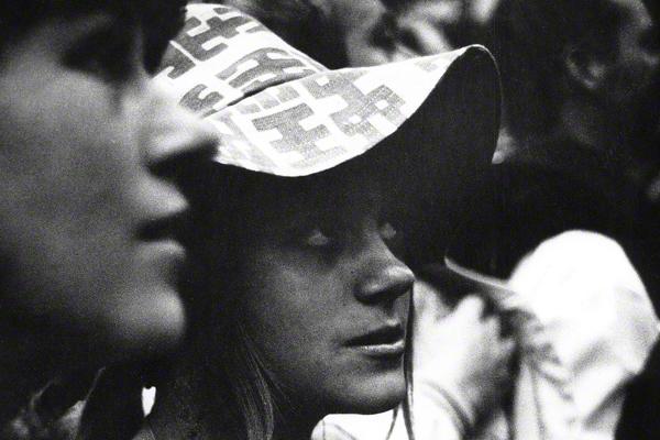 Jugendliche mit Hut während eines Happenings am Tag der Eröffnung des Drugstores in Schwabing. Auf dem Wedekindplatz vor dem Drugstore fand am Eröffnungstag das Happening 'Resozialisierung eines Gammlers' statt.