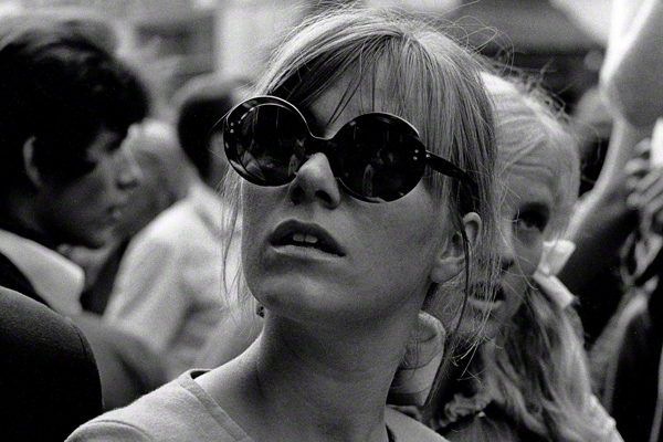 Studentin mit Sonnenbrille während eines Happenings am Tag der Eröffnung des Drugstores in Schwabing. Auf dem Wedekindplatz vor dem Drugstore fand am Eröffnungstag das Happening 'Resozialisierung eines Gammlers' statt.