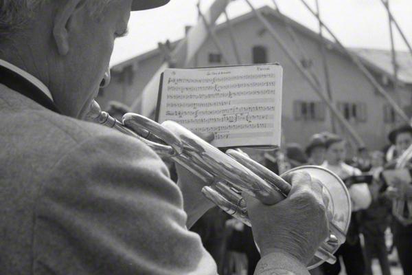 Ein Blasmusikant während der Aufstellung des Maibaums in Glonn im oberbayerischen Landkreis Ebersberg bei München.