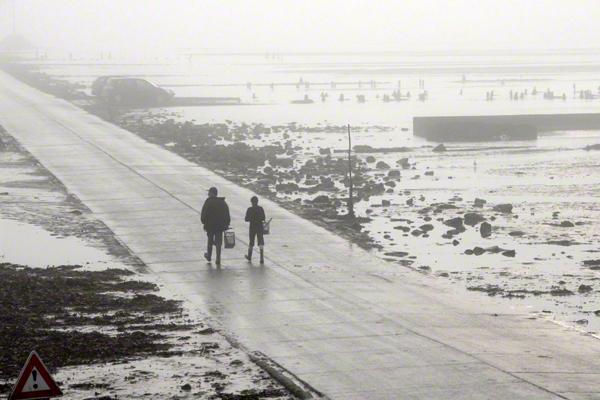 Zwei Menschen auf der Passage du Gois zwischen der Ile de Noirmoutier und Beauvoir-sur-Mer. (undatierte Aufnahme)