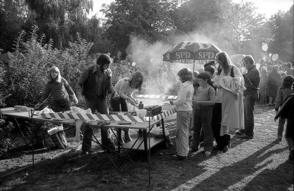Im Rahmen des SPD-Kinderfests wurden mehrere Stationen mit verschiedenen Spielen, sowie Essensstände um den Kinderspielplatz herum aufgebaut. Hier stehen Kinder und Erwachsene beim Grill an.